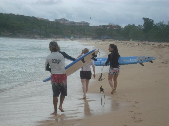Macao Surf Camp: Starting the day on the long board