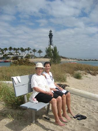 Pineapple Place Apartments: Hanging on the beach with the Hillsboro lighthouse in the background