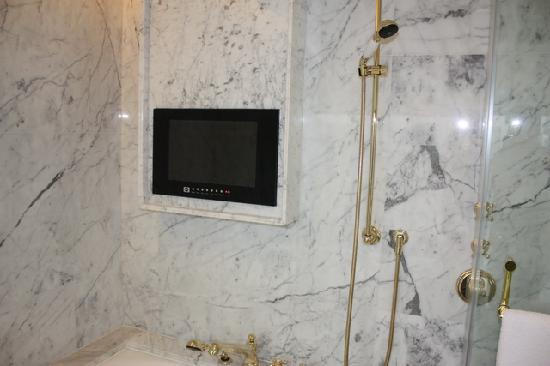 L'Arc Hotel Macau: TV on Bath room