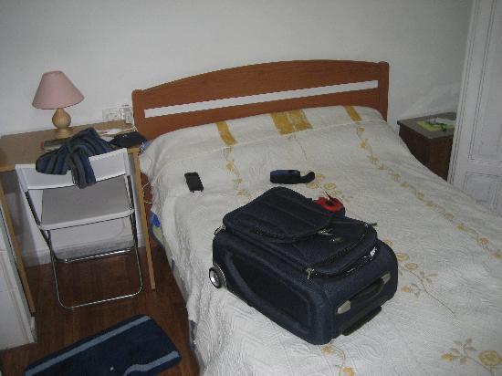Hostal Fabiola: Lit de 140cm en guise de lit double, peu long, pas le top confort