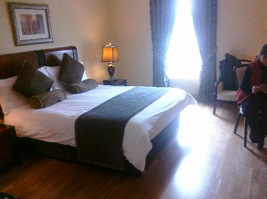Ballybofey, Irland: A very spacious room and a very comfortable bed!