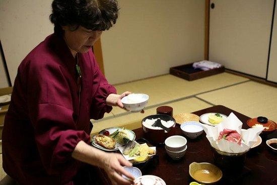 Sarusawaike Yoshidaya: Sirviendo la cena