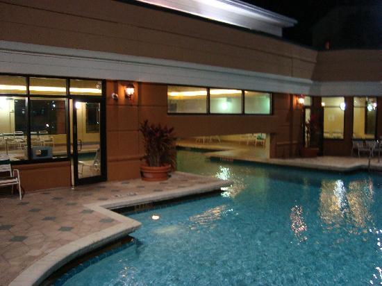 Courtyard Orlando Lake Buena Vista in the Marriott Village : indoor/outdoor pool