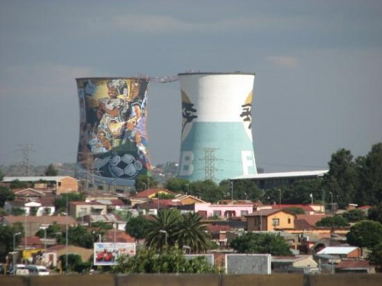 Johannesburg, Sør-Afrika: Much of South Africa uses coal power.  These are 2 stacks no longer in use that have been painte