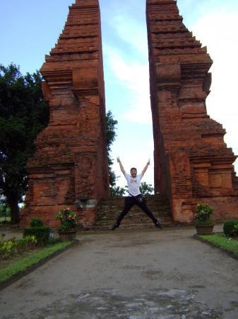Candi Wringinlawang: Jump at Wringin Lawang