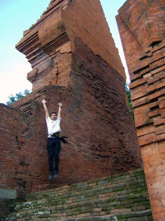 Candi Wringinlawang: Jump again at Wringin Lawang