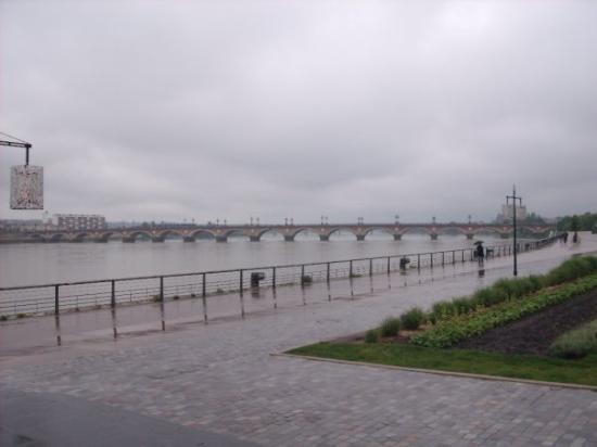 Bordeaux, Frankrike: same boulevard but another view there is a river that goes through but I dont know the name of i