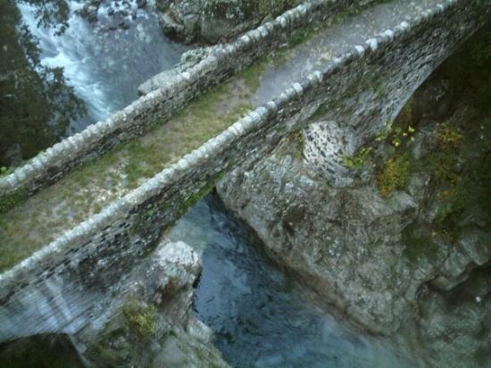 """Aubenas, France: Le pont appelé """"pont romain"""" près de Pont de la Beaume sur la route de Jaujac; à une quinzaine d"""