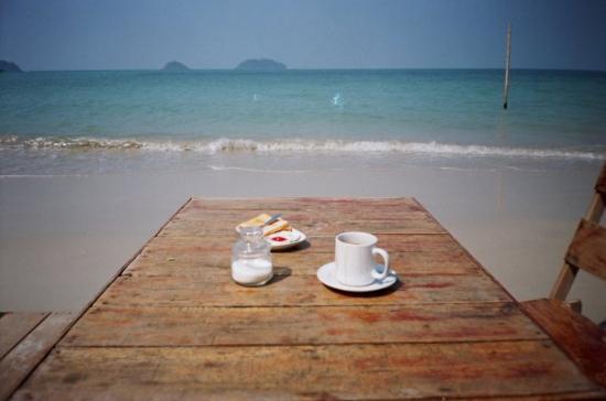 Koh Chang ( sud est de la Thaîilande non loin du Cambodge);  C'est  les pieds dans l'eau que je