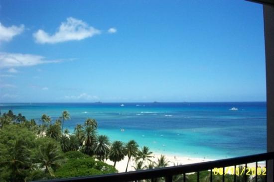Hilton Waikiki Beach: beautiful view in the far distance you can see Maui and the big island