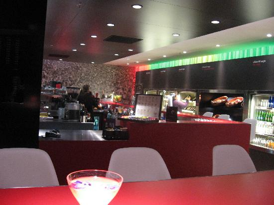 citizenM Schiphol Airport: The lovely and airy bar/cafeteria space
