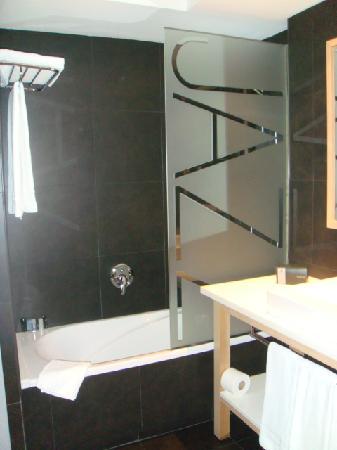 Hotel Jazz: Roomy bathrooms