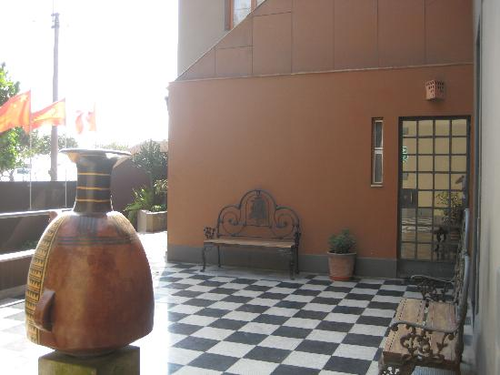 Casa Inca, Boutique Hotel: Terraza exterior con Ceramio Inca de Julio C Tello