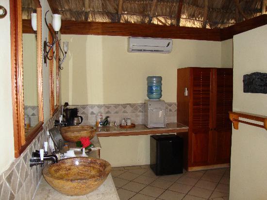 The Lodge at Jaguar Reef: Bathroom in our casita