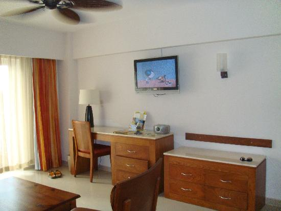 Occidental Caribe: Large Living Area with additional Bathroom