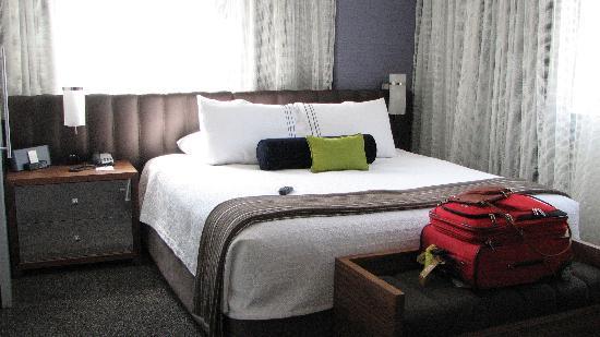 Hyatt Centric The Pike Long Beach: bedroom, corner room