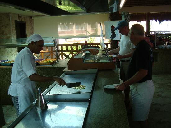 Majestic Elegance Punta Cana: omelet chef