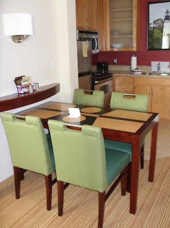 Residence Inn Amelia Island: Dining Table