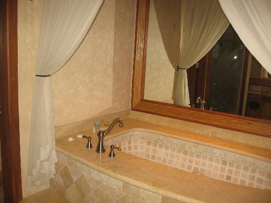 The Springs Resort and Spa: Our Jacuzzi (great shower too)
