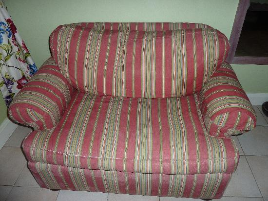 Sandals Halcyon Beach Resort: Worn and faded loveseat in room