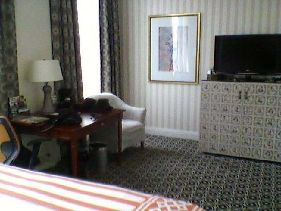 Kimpton Hotel Monaco Portland: Desk, mini-bar, room 809