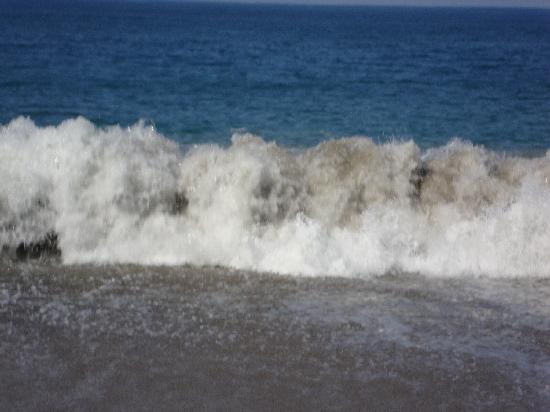 Crown Paradise Club Puerto Vallarta: Huge Waves on our beach