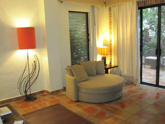 Casa Cupula: sofa in our room