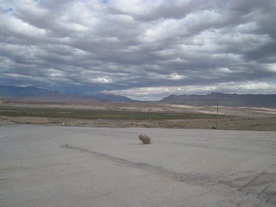 Valley of Fire State Park: Overton Beach, no water, just tumbleweeds