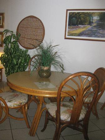 Menehune Shores: Eating area, indoors, we always OUT on the deck