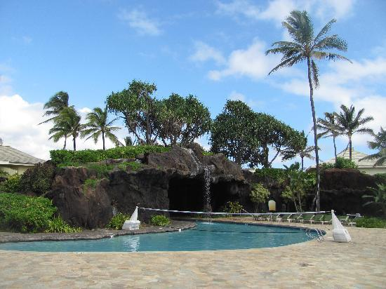 Kauai Beach Resort: Pool with volleyball net and the other hot tub
