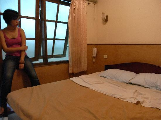 Dewi Sartika Hotel: the window is really close to the bed