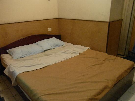 Dewi Sartika Hotel : not much space and the room had an overpowering musty smell