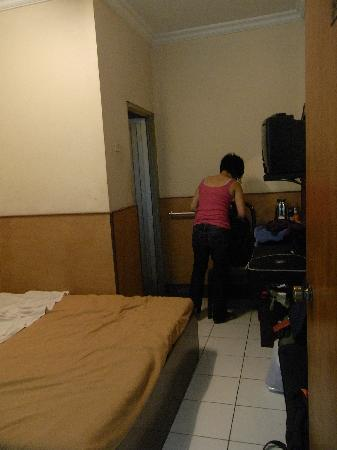 Dewi Sartika Hotel: the room - not much space for bags and luggage