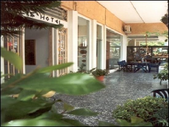 Hotel Ilis: hotel entrance