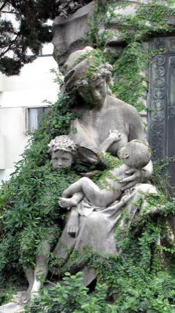 Cementerio de la Recoleta: Overgrown
