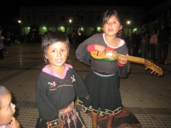 Santa Cruz, Bolivia: Kids playing in the plaza..they are beautiful kids. These kids visit the city and play music to