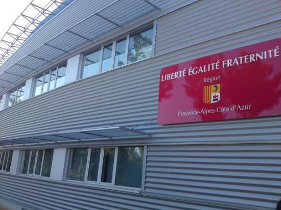 Antibes, Frankrike: liberté egalité fraternité a la entrada del lycee