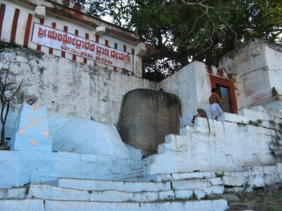 Hampi, India: yantroddhara hanuman- on the south-east side of chakrateertha.  the idol worshiped and installe