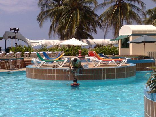 Hotel Los Delfines: Lavori di restauro piscina con turisti che facevano il bagno