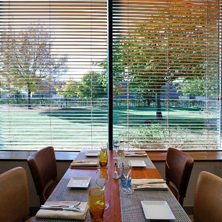 Radisson Blu Hotel, Paris Charles de Gaulle Airport: Terminal R restaurant with view onto the garden/Le restaurant Terminal R et sa vue sur le jardin