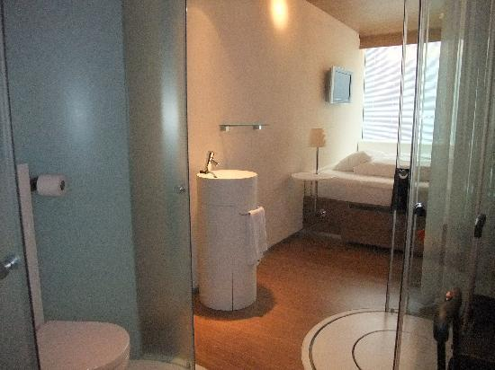 citizenM Schiphol Airport: Bedroom, shower area and toilet