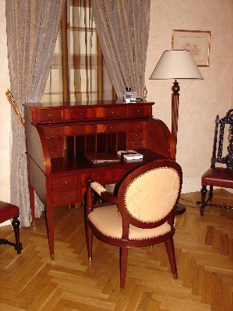 Smetana Hotel: Your own secretary desk