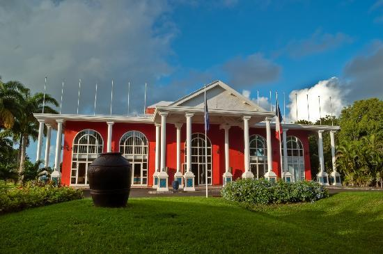 Résidence La Plantation & Spa: The red roughcast building of the reception