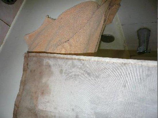 Wuyi Tea Hotel: 風呂場のカビたカーテン、破れたタオル