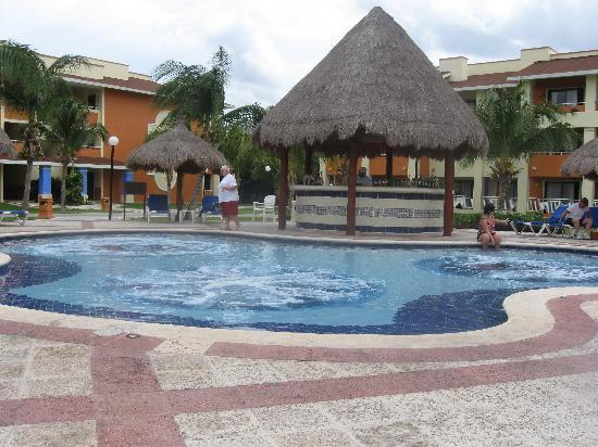 Grand Bahia Principe Coba: Iguana Bar and Jacuzzi Pool