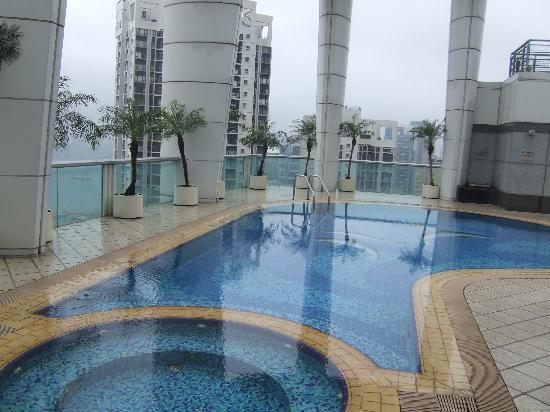 Metropark Hotel Causeway Bay Hong Kong: Pool on roof at hotel