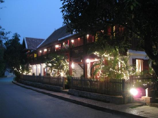 Mekong Riverview Hotel: The welcoming exterior at night