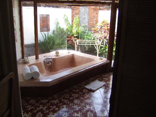Tandjung Sari Hotel: Bathroom