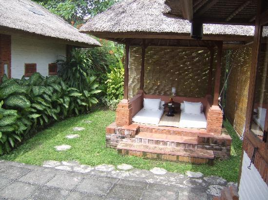 Tandjung Sari Hotel: Outside chill out area