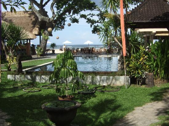 Tandjung Sari Hotel: Pool area